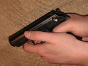 Öntöltő fegyver helytelen megfogása.